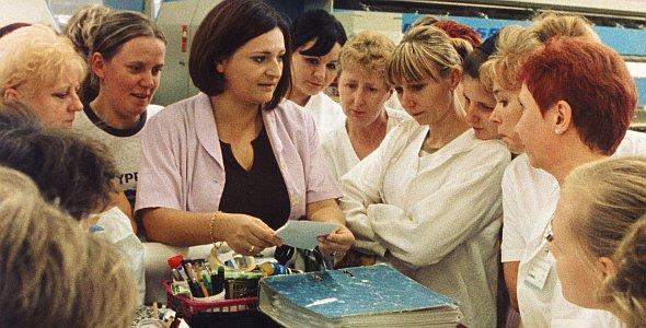 Polnische Wäscherinnen bei der morgendlichen Arbeitsbesprechung - einige von ihnen begleitet Hans-Christian Schmidts Film in ihrem Alltag