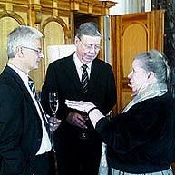 Brecht-Tochter Barbara Brecht-Schall mit Mäzenen Rolf Settelmeier und Kurt Viermetz (v.l.)