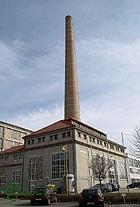 Der 65 Meter hohe Schornstein am Glaspalast - Bild: Kleeblatt-Film.de