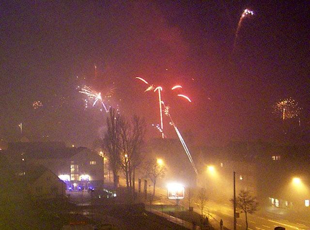 Neben einem explosionsartigen Anstieg der Feinstaubwerte kamen auch Personen direkt zu Schaden: Silvesterfeuerwerk