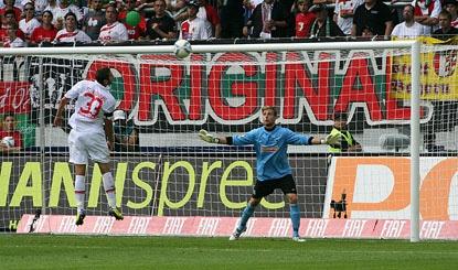 Mölders köpfte in seinem ersten Spiel für den FCA das erste Bundesligator der Augsburger