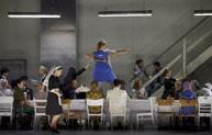 """Wenn der Chef nicht da ist, tanzen die Bediensteten auf den Tischen – Szene aus Jan Philipp Glogers turbulenter """"Figaro""""-Inszenierung. Foto: A.T. Schaefer."""