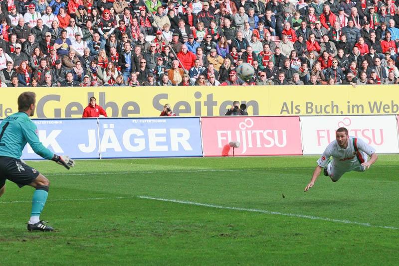 Sascha Mölders beim Flugkopfball