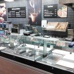 """Kaffee und Mittagsgerichte """"to go"""": Theke im Convenience-Bereich"""
