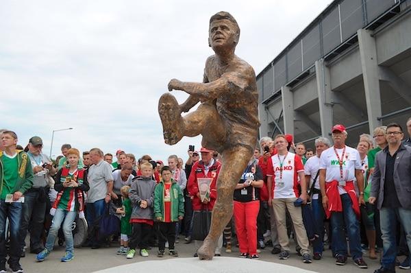 Am Sonntag war wieder Hallerluja-Atmosphäre im Stadion - Haller-Denkmal - Foto: FCA