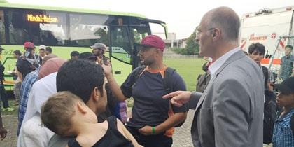 OB Gribl bei der Ankunft von Flüchtlingen vor der Reischleschen Wirtschaftschule. Foto: Stadt Augsburg