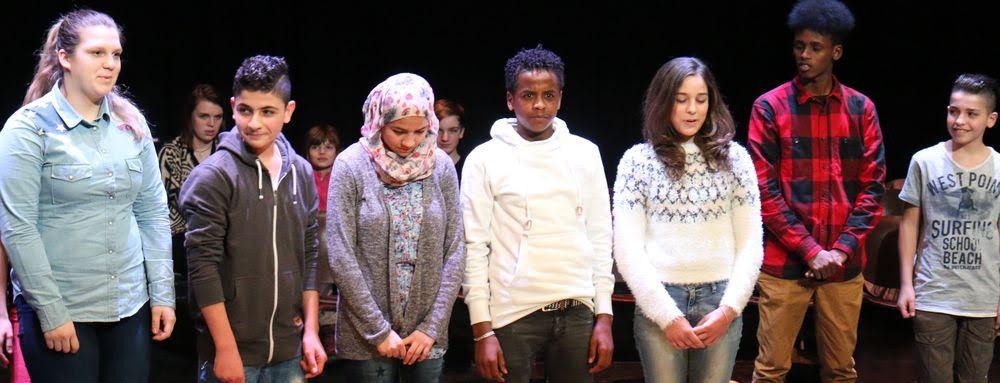 """""""Verschaff dir Wissen, Frierender"""" – auch junge Flüchtlinge trugen in der Brechtbühne vor."""