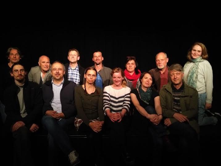 """Die """"Augsburger freie Theaterlandschaft"""": von links nach rechts Sebastian Seidl (Sensemble), Volker Stöhr (Junges Theater), Sven Moussong, (Moussong Theater); Matthias Klösl (Theaterwerkstatt), Susanne Reng (Junges Theater), Matthias Fischer (Märchenzelt), Lisa Bühler (bluespost productions), Eric Leif Young (theter ensemble), Ferdi Degirmencioglu (Theater interkultur), Gaby Beyer (Klextheater), Leonie Pichler (bluespot productions), Karla Andrä (Fakstheater) und Josef Holzhauser (Fakstheater). Auf dem Foto nicht vertreten: das Theater Fritz & Freunde (Foto: """"Die Freien Theater Augsburgs"""")."""