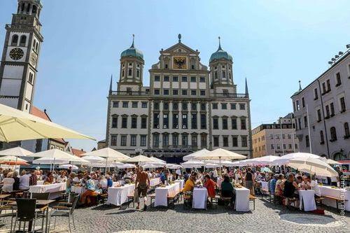 Die Friedenstafel auf dem Rathausplatz erhält heuer einen Satelliten auf dem Helmut-Haller-Platz