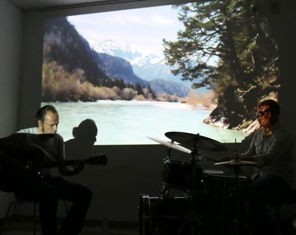 Panta rhei: alles fließt mit Loops, Gitarren, Drums: Michael Kaiser und Eric Zwang-Eriksson vor rauschendem Lech