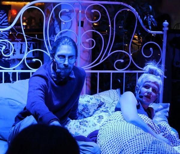 Leif EricYoung und Lu Kim Ranalter mit Beziehungsstress im IKEA-Bett – aber bluespots productions nehmen gebrauchte Herzen zurück