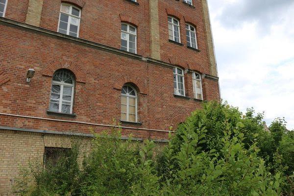 Noch wild umwuchert, bald renoviert: Das Kasernengebäude von 1884 im Prinz-Karl-Viertel.