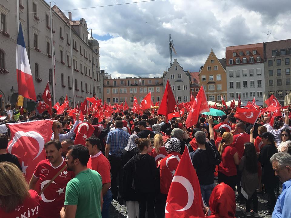 Türkische Nationalisten auf dem Rathausplatz