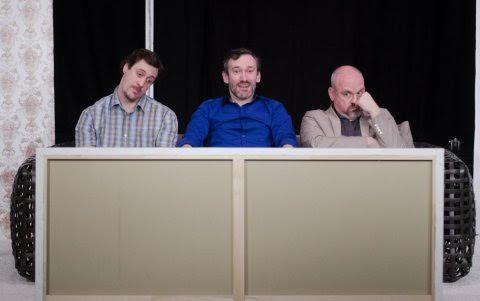 """Ein ratloser, ein begeisterter und ein kritische Blick: Yvan (Florian Fisch), Serge (Jörg Schur) und Marc (Heiko Dietz) vor einem """"weißen Bild mit weißen Streifen"""" (Foto: Volker Stock)."""