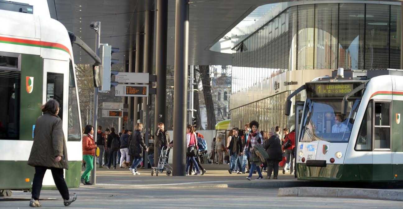 Immer mehr Fahrgäste sind mit Bussen und Straßenbahnen unterwegs- wie hier am Königsplatz. Foto: swa / Thomas Hosemann