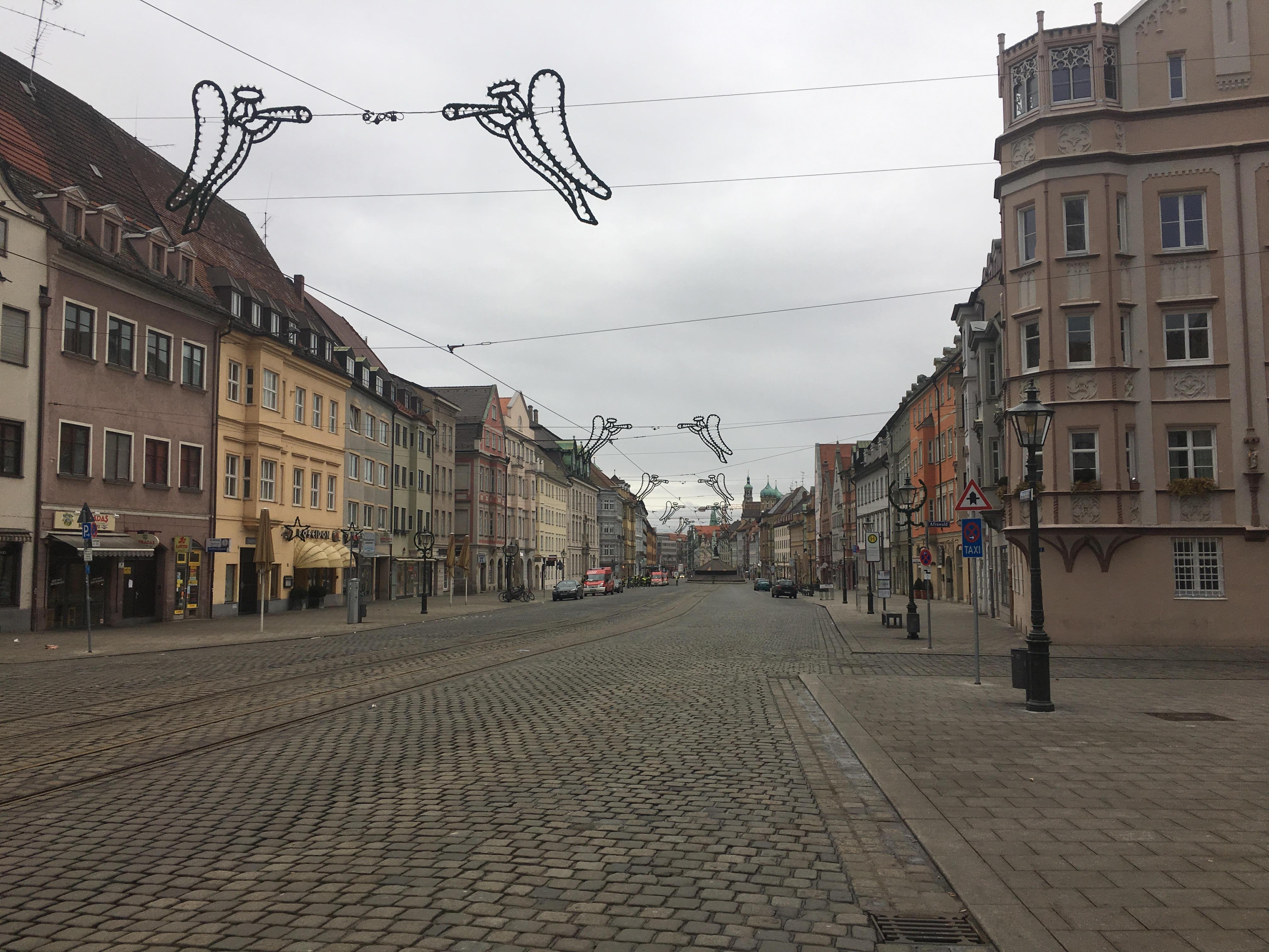 Maximilianstraße, 10.35 Uhr: Eine menschenleere Prachtstraße. Augsburgs Innenstadt glich am 1.Weihnachtsfeierstadt fast 9 Stunden einer Geisterstadt.