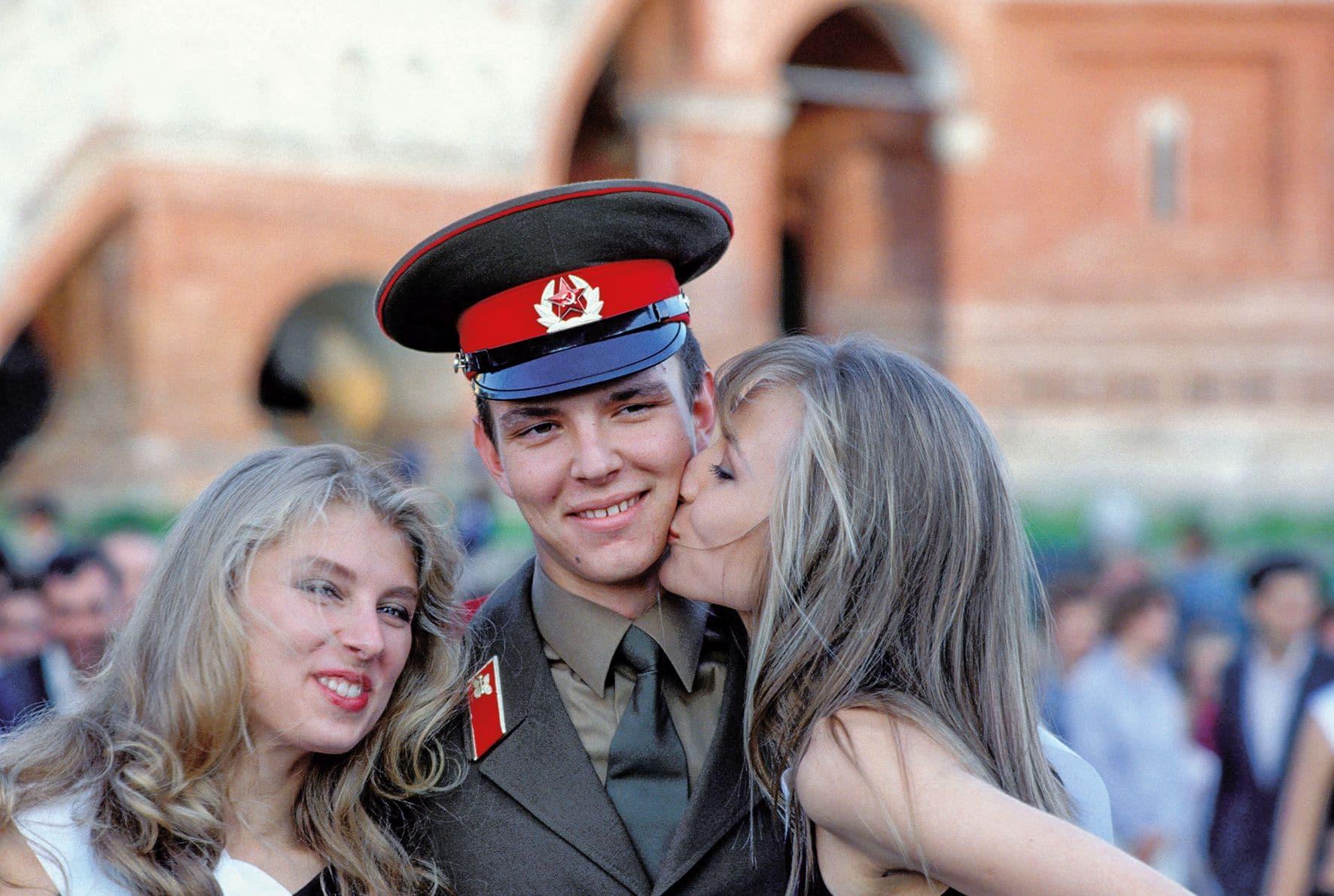 Moskau: junge Frauen und Soldat © Daniel Biskup/BOEHMEDIA.de