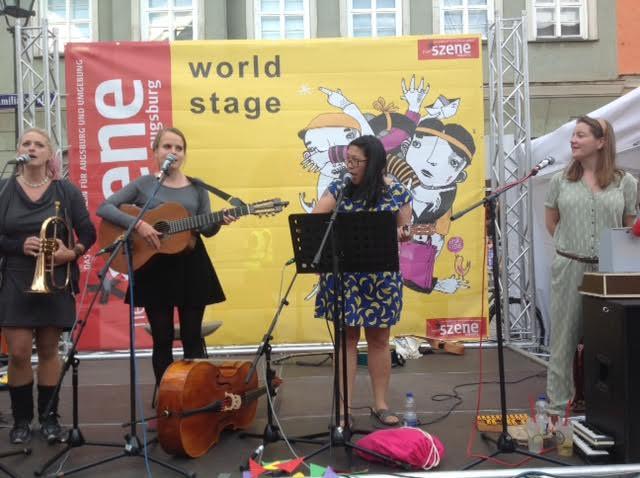 """Nontira Kigle (2.v.r.) auf der """"Neuen Szene World Stage"""" bei den Sommernächten mit Mississippi Isabel"""