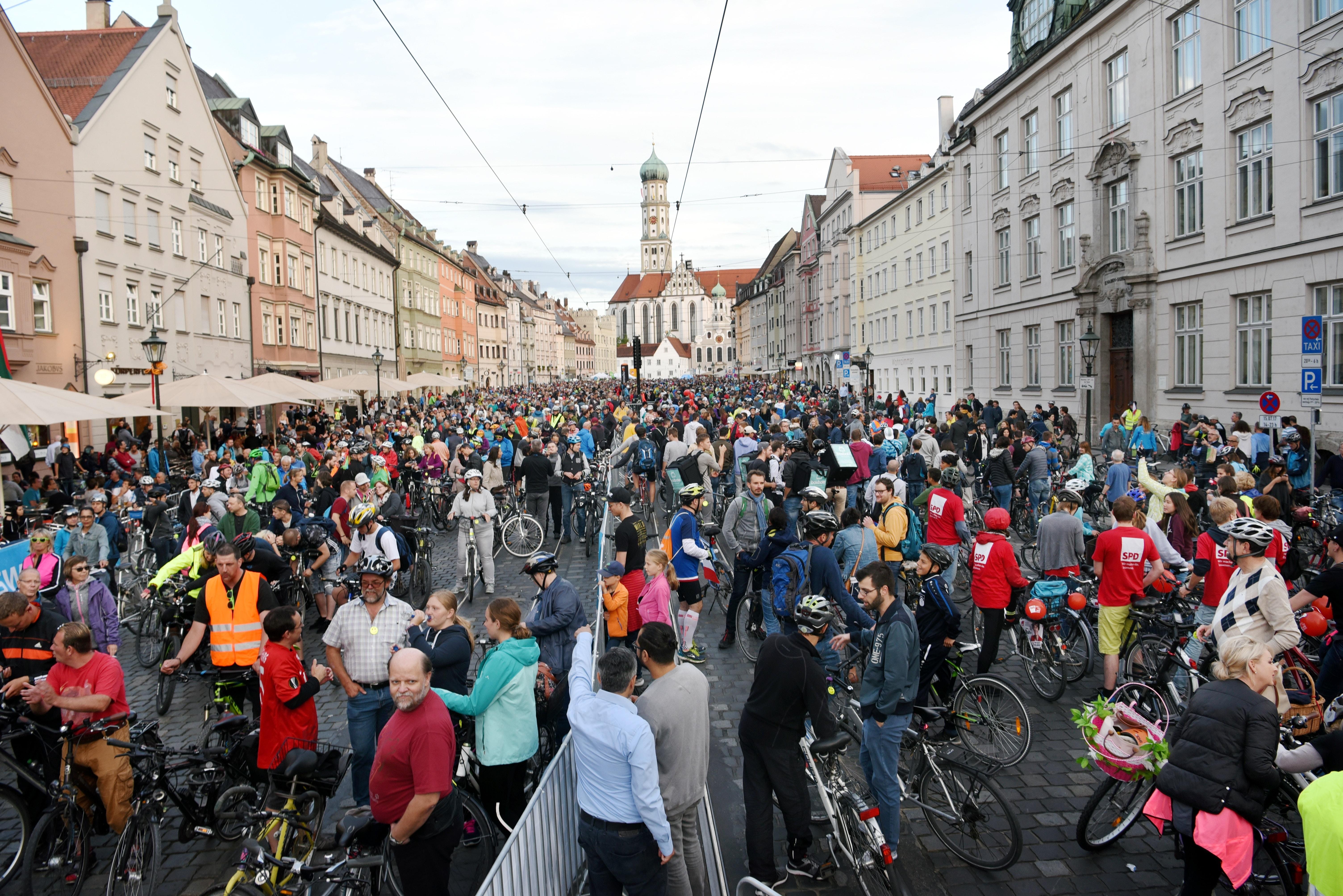 Über 6000 Radler starteten in der Maximilianstraße in die Augsburger Radlnacht. Bild: Ruth Plössel, Stadt Augsburg