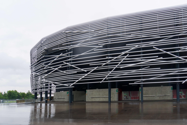 Während sich der FCA in England auf seine siebte Bundesligasaison vorbereitet, befindet sich die Fassade im heimischen Stadion vor der Fertigstellung. Foto: (c) Ulrich Weber