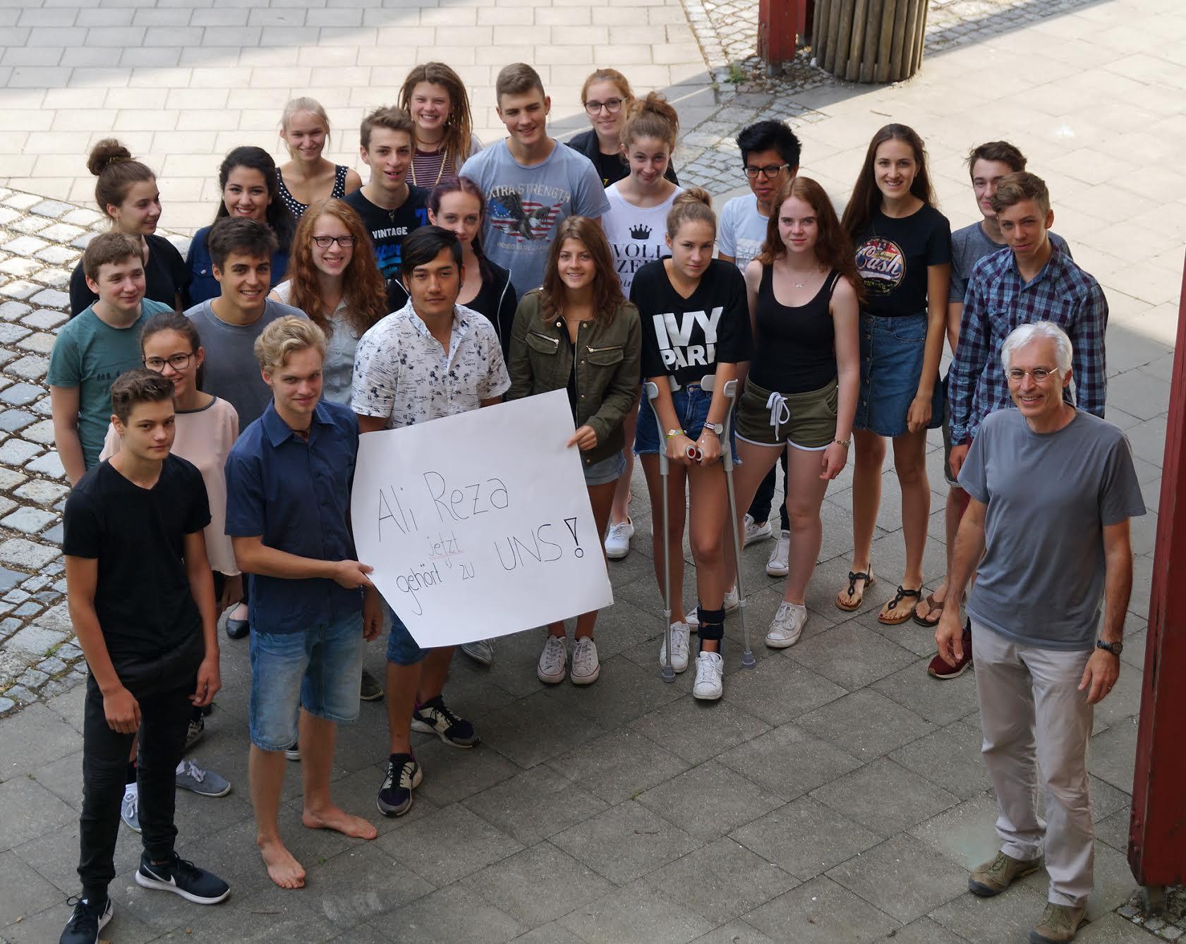 Die zehnte Klasse und Ali Reza mit Klassenlehrer Werner Korschinsky.  Bildurheber: Angelika Lonnemann, Freie Waldorfschule Augsburg
