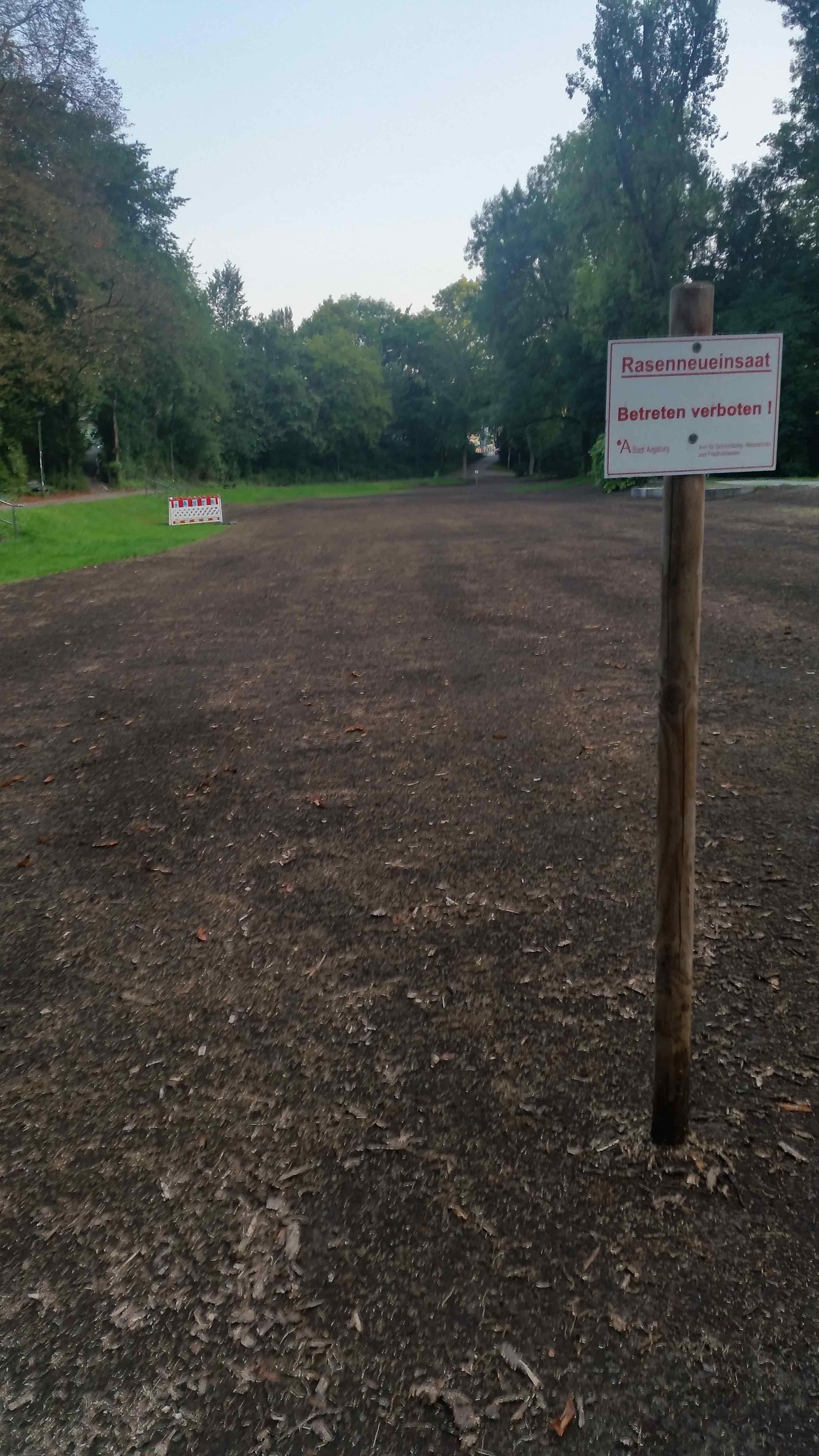 Temporäre Vernichtung eines Parks nach einem von der Stadt geförderten Festes