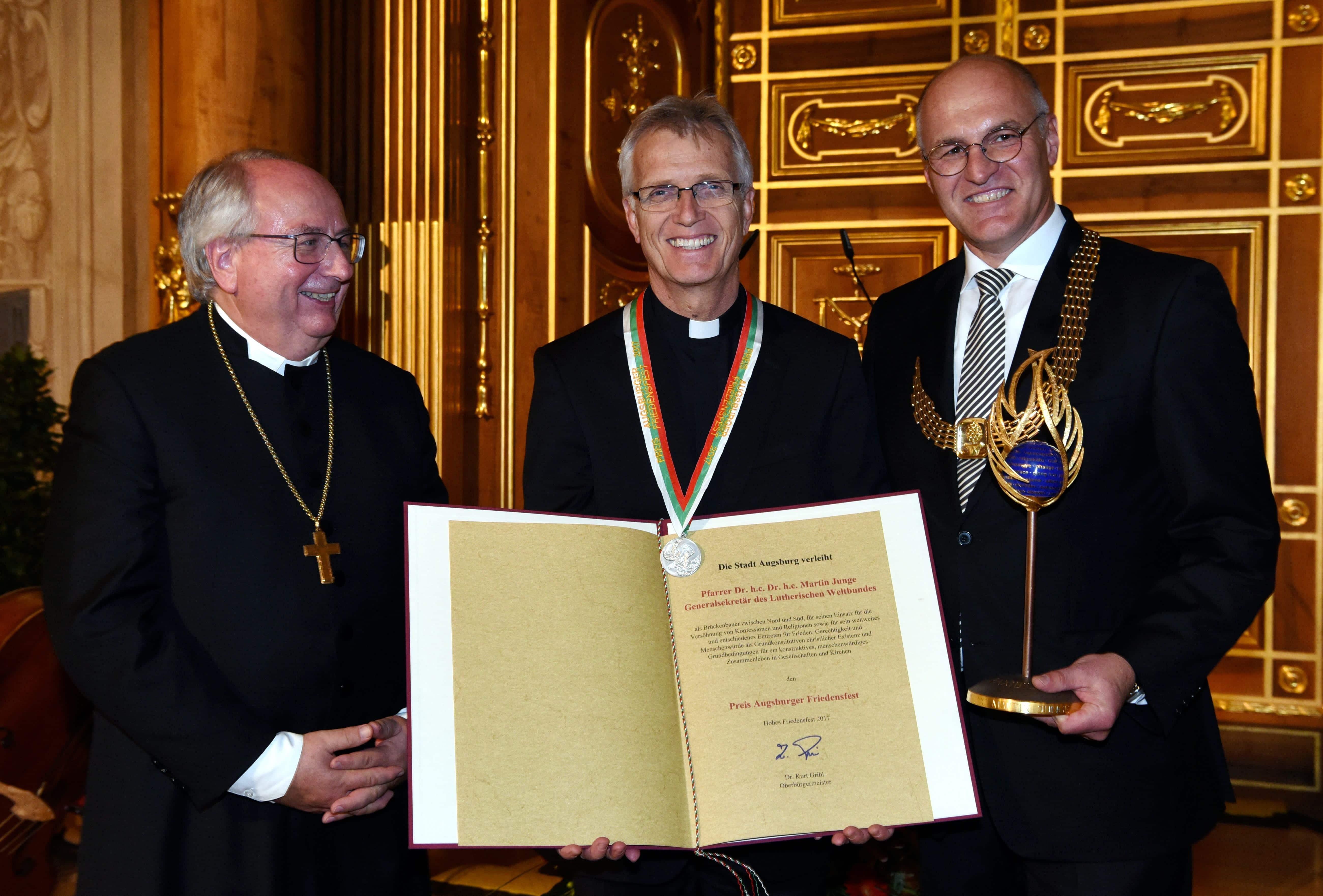 "Verleihung ""Preis Augsburger Friedensfest"" 2017 v.l. Regionalbischof Michael Grabow, Dr. h.c. Dr. h.c. Martin Junge, OB Dr. Kurt Gribl -- Foto: Stadt Augsburg/Ruth Plössel"
