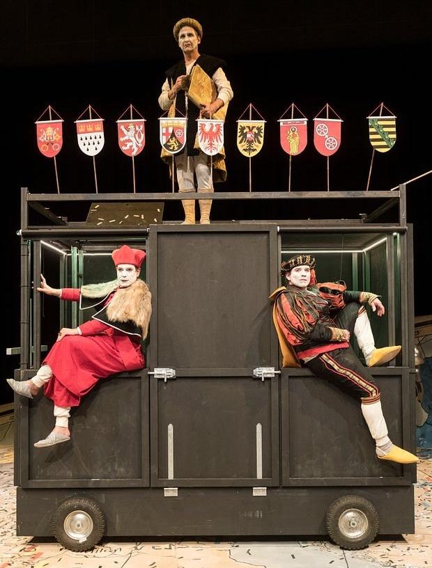 Fugger (Andrej Kaminsky) auf dem Thespis-Karren, mit Kardinal Kajetan (Sebastian Müller-Stahl) und Friedrich von Sachsen (Kai Windhövel) Foto: Jan-Pieter Fuhr