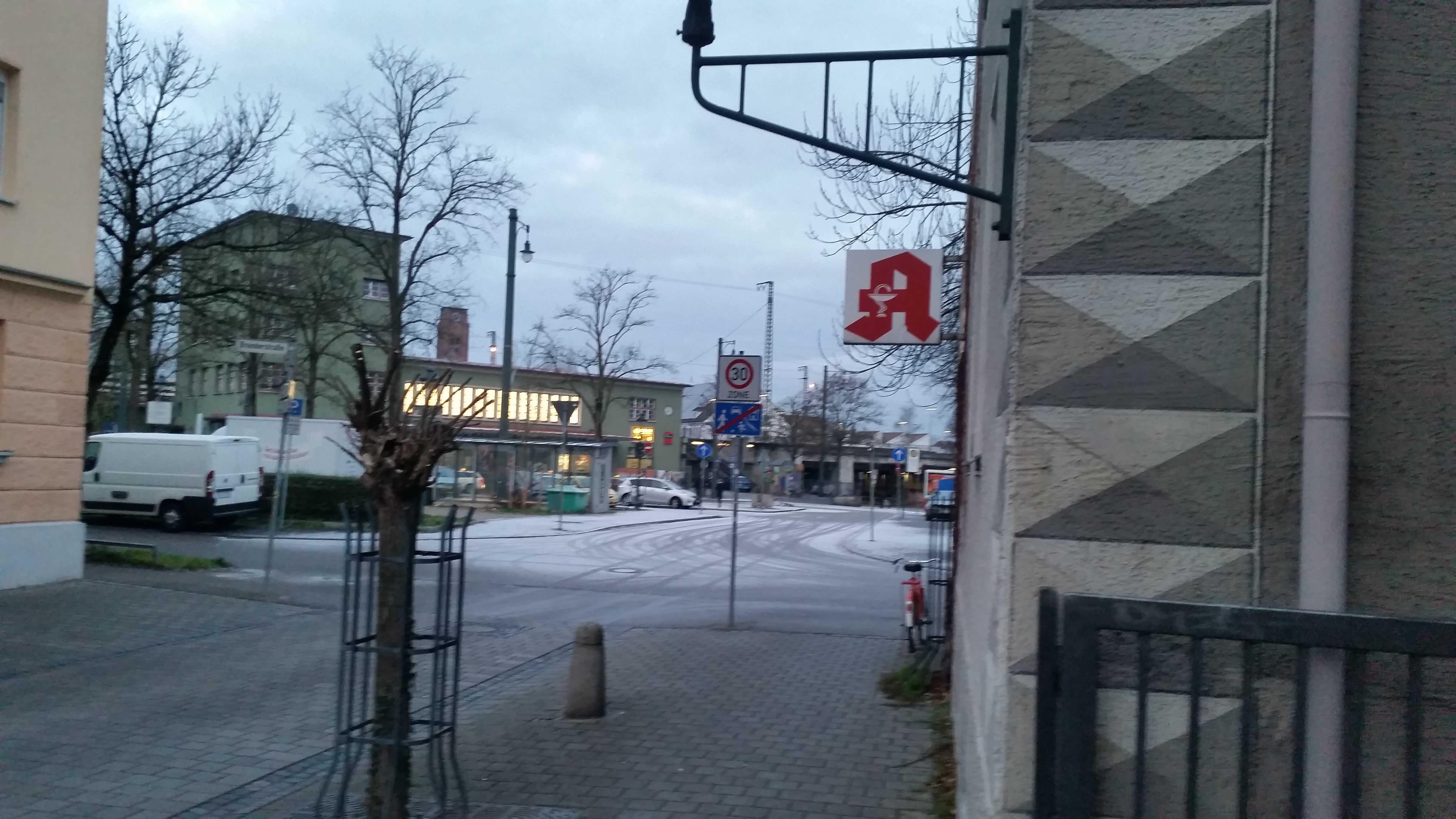 Oberhauser Bahnhof - Im Vordergrund die ehem. Apotheke, wo der neue Süchtigen-Treff verortet werden soll