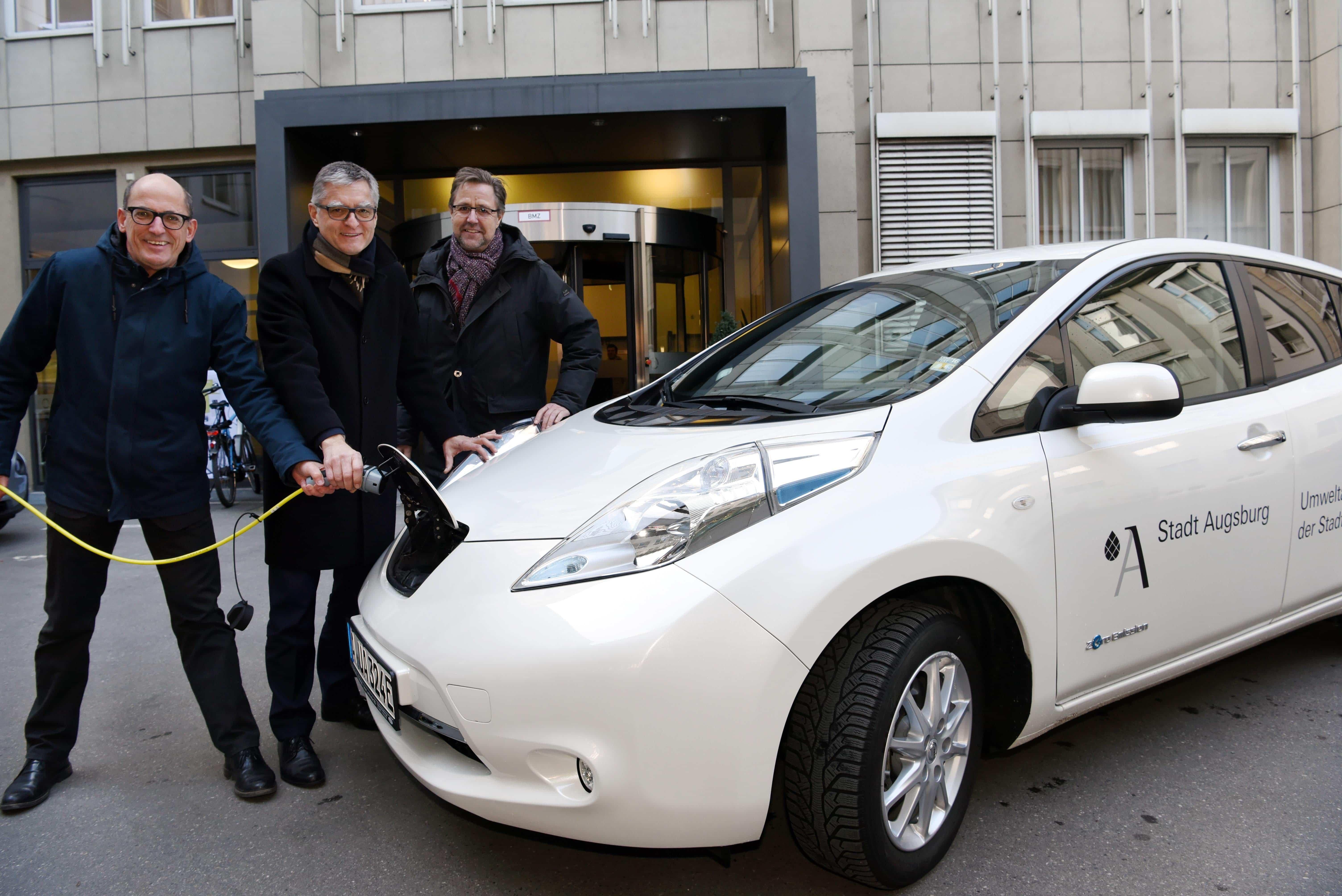 Die Drei von der Tankstelle Umweltreferent Reiner Erben, SWA-Geschäftsführer Müller und Baureferent Gerd Merkle