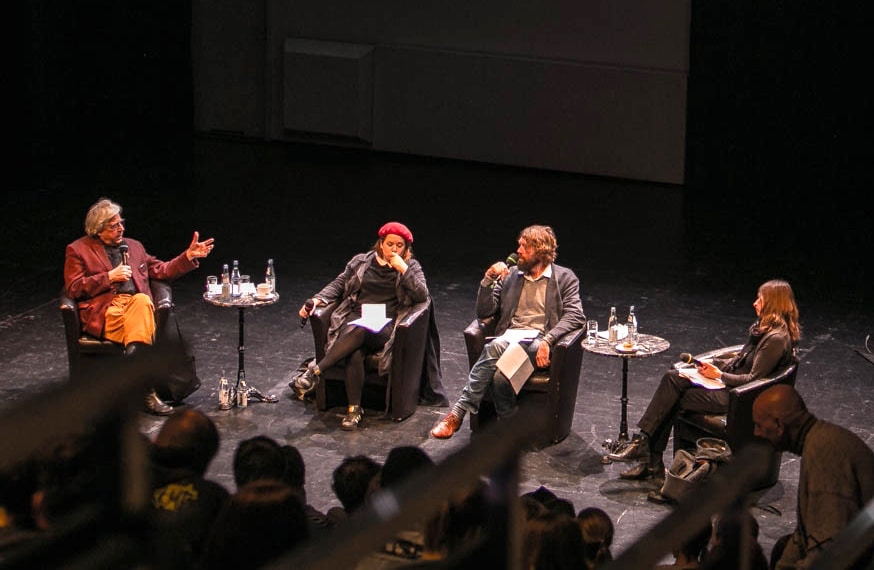 """Literarisches Podium """"Das ABC der Solidarität"""" - Brechtbühne; Bazon Brock, Stefanie Sargnagel, Knut Cordsen (Moderation), Kathrin Röggla (v.l.); Foto (c) Christian Menkel"""