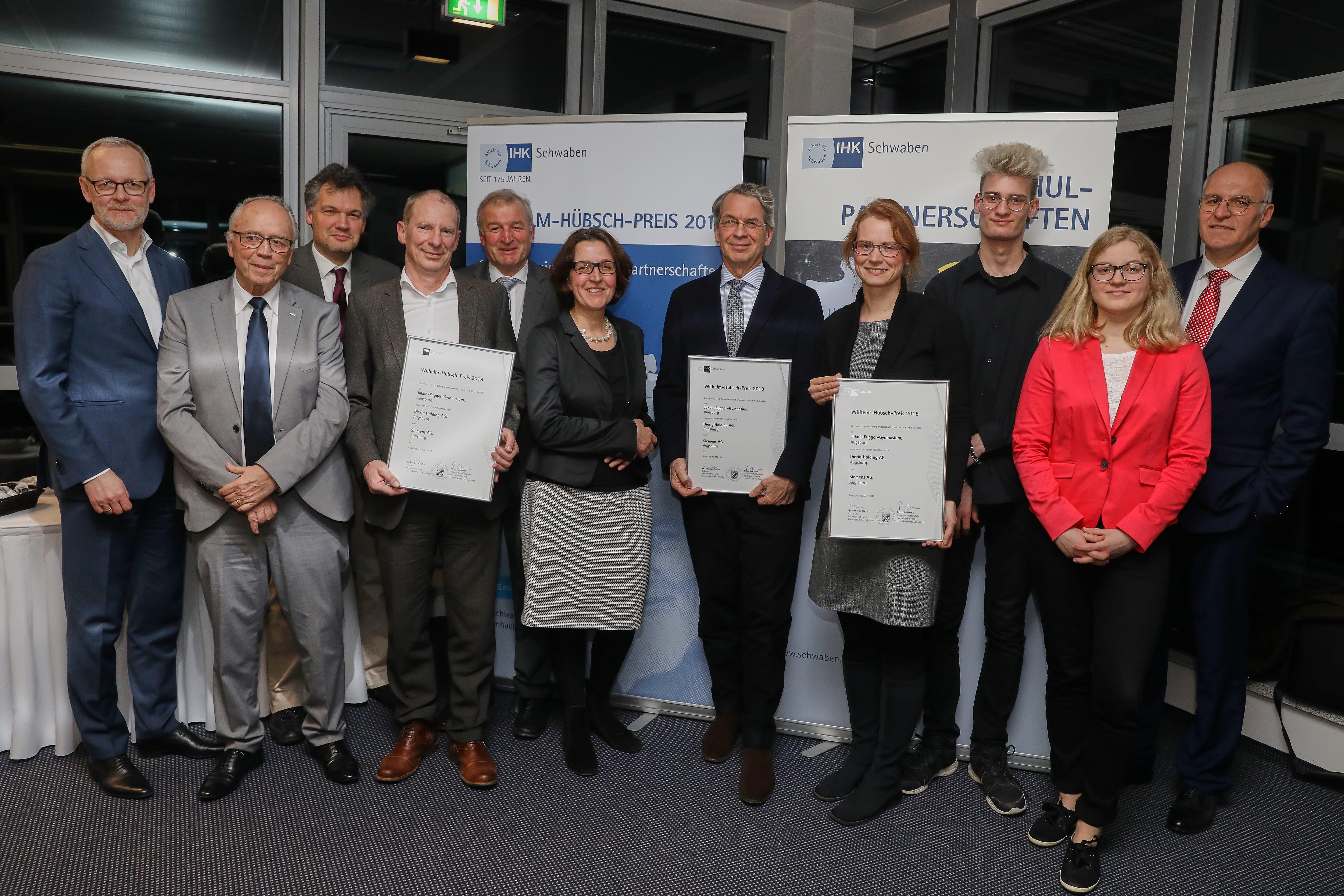 Deutschland, Augsburg, 15.03.2018, Wilhelm-Hübsch-Preis Verleihung bei der Fa. UPM, Sophie Cronenberg 4.v.r., Wolfgang Schreck 2.v.l., Jörg Haas 3.v.l., Schulleiter Wilhelm Kugelmann 5.v.l. und Angelika Felber 6.v.l. (alle Jakob-Fugger-Gymnasium), Bernhard Manzl (Siemens AG) 4.v.l., Christian Dierig (Dierig Holding AG) 5.v.r., Dr. Markus Litpher (IHK Regionalvorsitzender) und OB Dr. Kurt Gribl re.