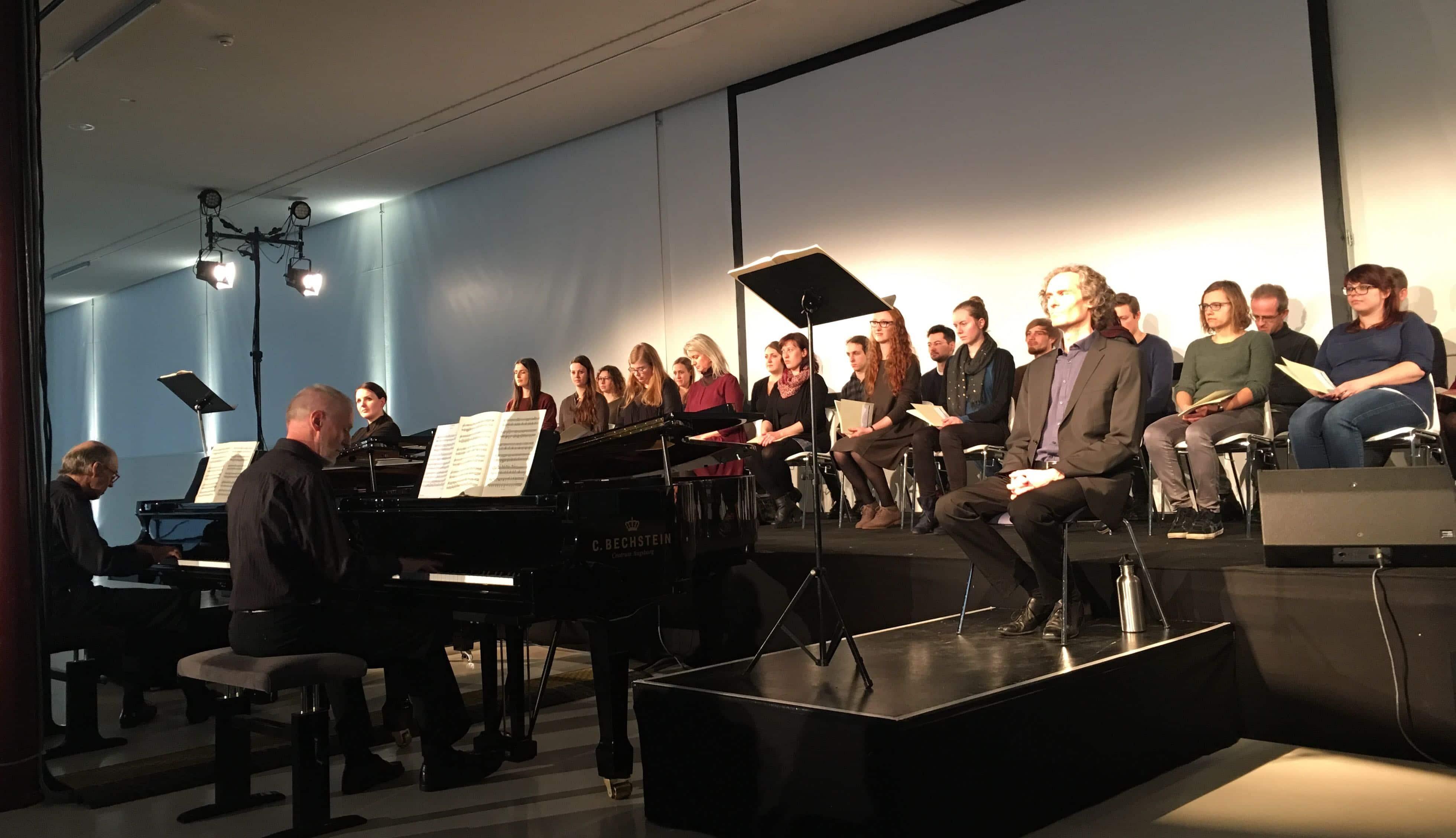"""""""Die Mutter"""" mit Geoffrey Abbott, Johannes Bosch, Lea Sophie Salfeld, Manuel Wiencke (v.l.) und Projektchor (c) DAZ"""